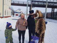 «8 Марта – В каждый Дом»: станции Котлас-Южный сотрудники транспортной полиции устроили настоящий праздник для женщин