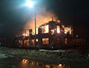 В Котласе ведут расследование ночного пожара в старом деревянном здании